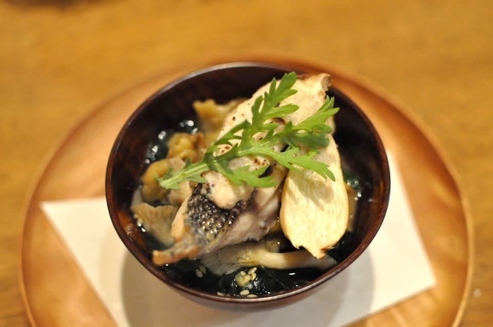 天然活け締め黒鯛 その白子のコンフィ添え タモギタケのスープ