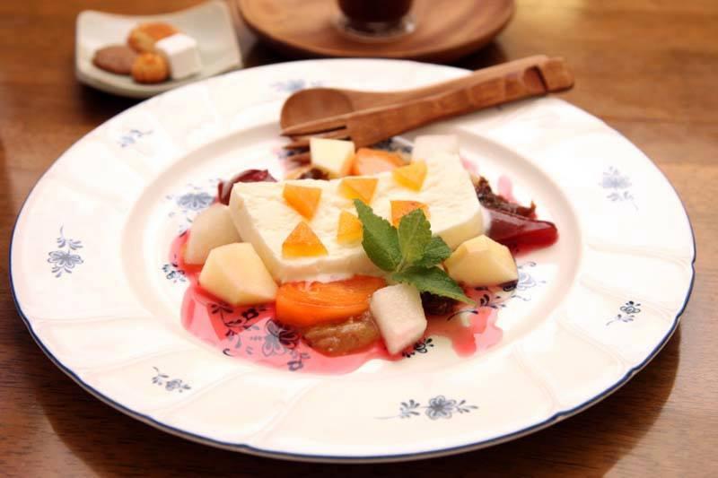 ヌガーグラッセ(蜂蜜アイス) 甘夏ピールや季節のフルーツ添え